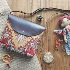 Мягенькая, уютненькая велюровая сумочка через плечо 😌 В единственном экземпляре. Размеры: 23*20*5 ◾Нет в наличии◾ #сумкаручнойработы #бохосумка #кроссбоди #crossbody #bag #ручнаяработа #сумканазаказ #кожа #homemade #handmadebag #бохостиль #сумкачерезплечо #стиль #мода #инста #осень #бордоваясумка #винтаж #бордовый