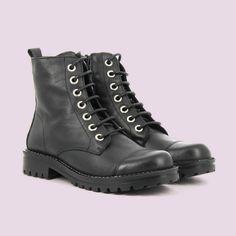 ¿Buscas unas botas moteras de moda? 🏍  ¡ Pues no busques más, porque te las traemos nosotros !  #Primichi #Botas #Botasmoteras Hiking Boots, Combat Boots, Outfit, Shoes, Fashion, Fall Season, Fall Winter, Moda Femenina, Over Knee Socks