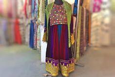 胸元にミラーワークがびっしり入ったドレス インド北部で作られた古着ではなく新しいもの 特別な日のために作られたものとのことで ベルベットな布デザイン色使いは重厚感たっぷり  リサーチ中のためまだ仕入れていませんが 気になる方はください  他にもアレがほしいけれどわざわざインドには行けないし これくらいの予算であんなものないかな という個人のもやもやにもお応えしたいと考えてます  気軽にご連絡ください . . #dress #cultureclothing #fashion #vintage #antique #vintagefashion #embroidery #handmade #mirrorwork #forklore #boho #ワンピース #ビンテージドレス #古着 #古着女子 #刺繍 #手仕事 #ハンドメイド #民族衣装 #フォークロア #ボヘミアン #ミラーワーク #ファッション #キッチュ #色彩 #カラフル