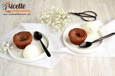 Una ricetta semplice e veloce per preparare uno squisito tortino al cuore caldo di cioccolato.