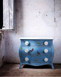 The Asolo #chest, one of our best seller pieces.  Hand painted and gracefully aged, always inspired by the original Venetian techniques. . . Learn more at www.porteitalia.com ————————————————— #italianfurniture #venetianinteriors #art #architecture #paintedfurniture #worldofinteriors #handmade #handpainted #interiordesign #luxuryhotels #luxuryhome #homedecor #design #finepaintedfurniture #venetianfurniture #venice #instavenice #dresser  #luxuryinteriors #italiandesign #luxuryhome