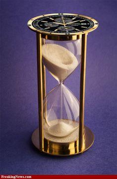 Přesýpací hodiny * zlaté s černým ručičkovým ciferníkem, sklo s bílým pískem.