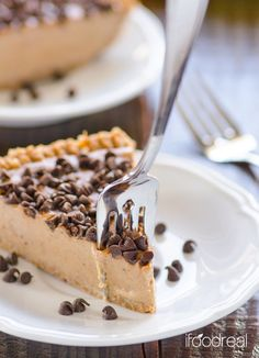 Clean No Bake Peanut Butter Pie - Healthy no bake pie made with bananas, peanut butter, nut crust & chocolate chips. actually sounds delicious! Vegan Sweets, Healthy Sweets, Healthy Baking, Vegan Desserts, Just Desserts, Delicious Desserts, Dessert Recipes, Yummy Food, Healthier Desserts