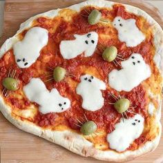 Fun Ghost pizza for Halloween! Fun Ghost pizza for Halloween! Source by meandmyinsanity Halloween Pizza, Soirée Halloween, Homemade Halloween, Halloween Food For Party, Halloween Treats, Halloween Dinner, Table Halloween, Healthy Halloween, Halloween Celebration