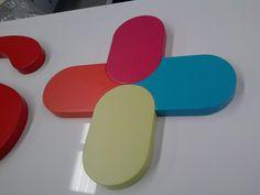 Detalle de Logomarca Corpórea en cuerpo de PVC de 20 mm de espesor y lacada en referencias Pantone Corporativas