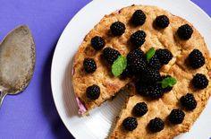 Mandelkage med brombærmousse
