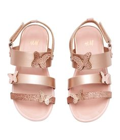 Sandals in imitation leather with butterfly appliqués and glittery details. Heel strap with a hook and loop tab and a loop, imitation leather insoles and ru Cute Baby Shoes, Baby Girl Shoes, Boys Shoes, Fashion Tights, Fashion Shoes, Fashion Outfits, Baby Girl Fashion, Kids Fashion, Toddler Fashion