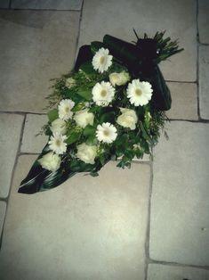 Rouwboeket Funeral Flower Arrangements, Funeral Flowers, My Flower, Flower Art, Sympathy Flowers, Fresh Flowers, Floral Design, Centerpieces, Floral Wreath