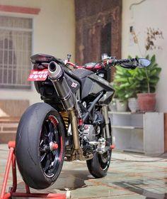 Nice Setup | Via: @Max199 @DucatiGram • @Ducatistagram #BWL #BikesWithoutLimits #Ducati #HyperMotard #DucatiGram