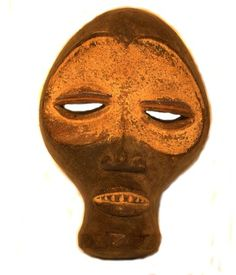 """""""Las máscaras ibibio tienen una deidad de la tierra a la que se aplaca a través de la ceremonia de Ogbom en las que danzan las máscaras y que se cree que ayuda a la fertilidad familiar y la abundancia de los cultivos. Se celebra a mitad del año, cada ocho días durante ocho semanas en cada región."""""""