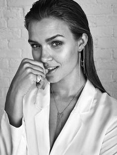 Ny kampagne med smykker fra Pilgrim og Josephine Skriver i front | Costume.dk