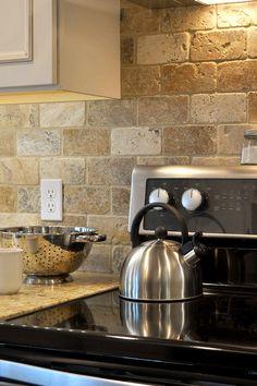 Glacier Java, gold, brown, beige brown backsplash tile ideas, pattern with gold color granite countertop. Travertine Tile Backsplash, Natural Stone Backsplash, Beige Kitchen, Stone Kitchen, Kitchen Cabinets And Backsplash, Backsplash Ideas, Dark Cabinets, Brown Granite Countertops, Natural Design
