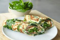 Spinach omelet with salmon and cream cheese, lunch without bread, gluten-free lunch . Lunch Snacks, Clean Eating Snacks, Healthy Snacks, Healthy Recipes, Low Carb Meal, Snacks Sains, Good Food, Yummy Food, Chef Recipes