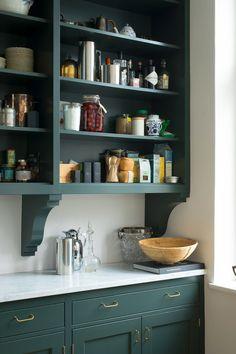 Kvänum kök Real Classic Broby i kulören Studio Green med köksö i kulören Blazer