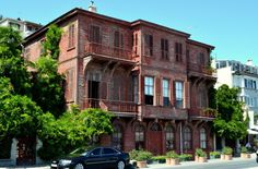 ARNAVUTKÖY HALET ÇAMBEL YALISI Halet Çambel Yalısı; İstanbul Boğazı'nın Rumeli yakasında Arnavutköy Kuruçeşme caddesinde Arnavutköy Amerikan Koleji'nin girişinde 1820 tarihinde inşa edilmiştir. Yalı Sultan II. Mahmut'un Ermeni asıllı bahçıvanı tarafından yaptırılmıştır.1836 yılında Osmanlı Ordusunun modernleştirilmesi için ülkeye gelmiş olan Alman General Helmut von Moltke bu yalıda yaşamıştır.1930 yılında Ermeni Bahçıvan Fransa'ya göçerken yalıyı Berlin Büyükelçimiz İsmail Hakkı Paşa