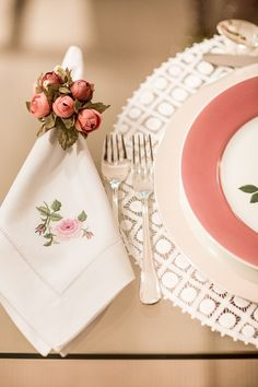 The fabric napkin is a decorative adornment used to compose the table set for important events, such as weddings, Christmas dinner and birthdays. Monogrammed Napkins, Personalized Napkins, Linen Napkins, Embroidery Monogram, Napkin Folding, Wedding Napkins, Home And Deco, Decoration Table, Napkin Rings