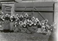 Meisjes in Walcherse streekdracht. De meisjes zijn gekleed in de daagse dracht. Een aantal van hen draagt de dracht van het dorp Arnemuiden. 1910-1920 #Zeeland #Arnemuiden #Walcheren