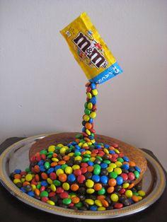 Un minimum d'effort pour un maximum d'effet , le Gâteau suspendu ( Gravity cake ) Anti Gravity Cake, Gravity Defying Cake, No Cook Desserts, Delicious Desserts, Rodjendanske Torte, Funny Cake, Cookie Bouquet, Candy Party, Sweet Cakes