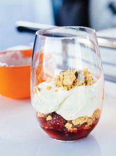 Crumble de pistaches, crème fouettée  et petits fruits