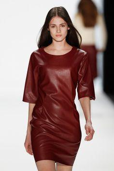 Hien Le FW 2014/15 Berlin Fashion Week: Model mit rotem Leder Kleid