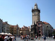 Plaza de la ciudad vieja de Praga Vista de la normalmente abarrotada y preciosa plaza de la Ciudad Vieja, con la espectacular torre del reloj al fondo