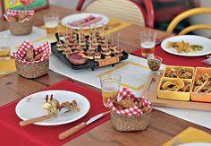 Sob os pratos, uma fileira de azulejos – típicos de boteco – substitui o caminho de mesa