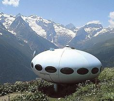Futuro aka Flying Saucer or UFO House, designed in 1968 by architect Matti Suuronen from Finland Unique Architecture, Interior Architecture, Mobile Architecture, Prefabricated Houses, Prefab Homes, Glamping, Unusual Buildings, Small Buildings, Amazing Buildings