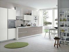 couleur pour cuisine - peinture murale gris clair, armoires blanches et tapis vert comme accent
