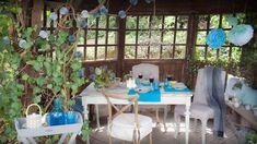 """Englisches Cottage trifft französisches Landhaus! Der """"Shabby Chic""""-Stil wirkt nicht nur in einer Gartenlaube großartig, sondern auch im Innenbereich. Dafür Bistrostühle und Polstersessel mixen und zum Esstisch im Used-Look kombinieren, darüber ein verträumter Leuchter mit Kristallen. Absolutes Märchen-Must: Deko, Pom Poms, Lichterketten – hier ist mehr definitiv mehr!"""
