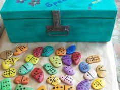 galéts-décorés-plaques-de-domino-idée-comment-customiser-des-galets-activité-créative-facile