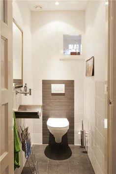 Door de tegels op deze manier lijkt toilet breder