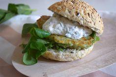 Courgette-kaasburgers. Heerlijke vegaburgers met romige saus. #recept #diner #chickslovefood #vega
