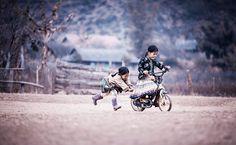 chidren playing around the world 51 32 Foto Magiche Di Bambini Che Giocano In Giro Per Il Mondo
