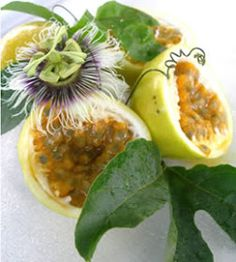 Colombian - Maracuya, like an ultra sour passion fruit. Fruit And Veg, Fruits And Vegetables, Fresh Fruit, Colombian Cuisine, Beautiful Fruits, Juicy Fruit, Weird Food, Exotic Food, Tropical Fruits