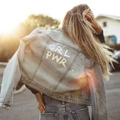 To create the range and choices system much easier for you, we have now purchased forward a number of the jeans outfit Inspiring ideas. Painted Denim Jacket, Painted Jeans, Painted Clothes, Diy Jeans, Outfit Stile, Jean 1, Diy Vetement, Diy Clothing, Modest Clothing