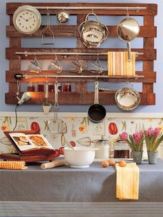 Amazing Uses For Old Pallets 30 Pics Pallet Kitchen Storage Ideas Pallet Ideas Creative and Traditional Pallet ideas Wooden Pallet Furnitu. Old Pallets, Recycled Pallets, Wooden Pallets, Wooden Ladder, Recycled Wood, Wooden Diy, Diy Wood, Kitchen Rails, Diy Kitchen