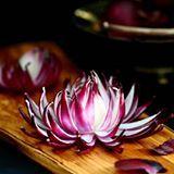 Punasipulikukka on upean näköinen koriste vaikkapa voileipäkakun päälle. Ja myös todella helppo tehdä! Katso ohje blogin puolelta ja hurmaa tuttavasi kahvipöydässä https://kotiliesi.fi/suklaapossu/punasipulista-kukaksi/ #helppo #koriste #punasipuli #kukka #leivonta #leivontablogi #easy #decoration #redonion #flower #instabake #suklaapossu #bakingblog