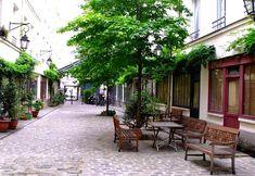 Paris. La cour des Shadocks est la plus récente des cours présentes rue du Faubourg Saint-Antoine (construite en 1998 dans la cour où résidait le créateur des Shadocks Jacques Rouxel)