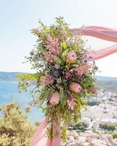 Klein aber fein - so waren unsere Hochzeiten auch vor Corona und wie immer sind diese super süß, romantisch, harmonisch und voller 🥰 💓 Liebe. Blush Roses, Blush Pink, Wedding Ceremony Decorations, Bridal Bouquets, Color Trends, Super, Wedding Designs, Floral Wreath, Wreaths