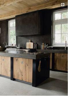 Industriële keuken; plafond is van mooie lichte kleur en stoer.