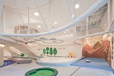 IinKids with Linefriends is a 880 square-metre (approx.ft) children's indoor playground in the Beijing Yintai Centre in 01 luxury shopping mall. It is a fresh and startlingly white playground created by the developers and operators of the mall, Kids Indoor Playground, Playground Design, Espace Design, Kids Cafe, Kindergarten Design, Business Management, Kid Spaces, Play Houses, Kids Playing