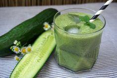 Grüner Sommer-Smoothie mit Ananas und Gurke verfeinert mit Minze und Basilikum
