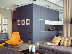 une solution rangement astucieuse dans la cuisine - des armoires grises et blanches et des étagères qui atteignent jusqu'au plafond