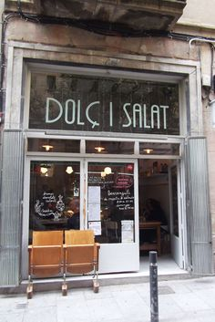 Go here for a cup of tea with delicious Italian pastries while you are in Sant Pere district (Born) in Barcelona. El Born Barcelona, Barcelona Food, Restaurant Design, Restaurant Bar, Boutiques, Café Bistro, Restaurant Marketing, Café Bar, Restaurants