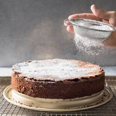 Torta Caprese is an Italian chocolate cake that trades finely ground almonds for flour, which means it's Passover-friendly. It also tastes… Caramel Chocolate Bar, Chocolate Almond Cake, Italian Chocolate, Almond Cakes, Chocolate Flavors, Chocolate Desserts, Chocolate Heaven, Flourless Desserts, Flourless Chocolate Cakes