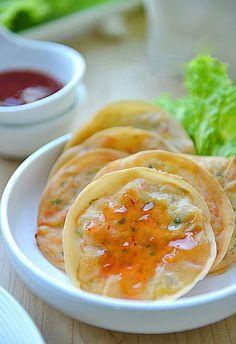 Làm bánh tôm kiểu mới giòn thơm hơn cả ngoài hàng - http://congthucmonngon.com/8215/lam-banh-tom-kieu-moi-gion-thom-hon-ca-ngoai-hang.html