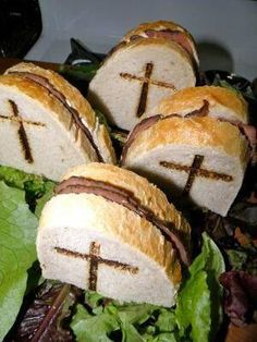 Spooky sandwiches for Halloween - I'm thinking RIP on bread with Nutella inside Comida De Halloween Ideas, Easy Halloween Snacks, Recetas Halloween, Halloween Pizza, Soirée Halloween, Hallowen Food, Easy Halloween Decorations, Halloween Appetizers, Halloween Dinner