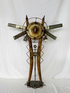 ensamble de madera y objetos metalicos de reciclaje