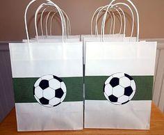 Eine einfach nachzumachende Vorlage für die give-away-Bags für Deinen Kindergeburtstag zum Theme Fussball. Weitere Ideen findest Du auf blog.balloonas.com #balloonas #kindergeburtstag #fussball #soccer #party #vorlage #ball