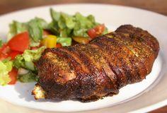 Dieses griechische Hähnchenbrustfilet ist eine schmackhafte Sache, die sich mit dem krossen Bacon auch durchaus sehen lassen kann. Hier das Rezept!